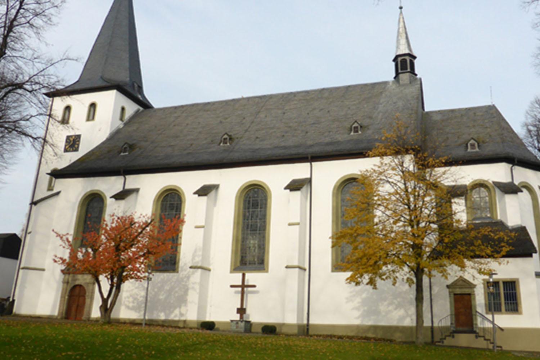 Außenansicht der St. Pankratius Kirche Körbecke